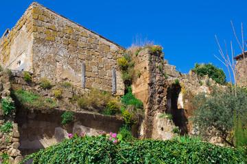 Rovine di un antico palazzo a Civita di Bagnoregio