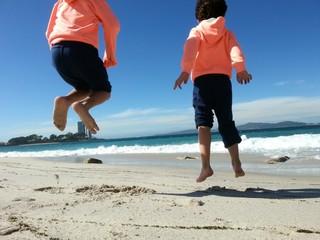 Niños saltando en la ría de vigo