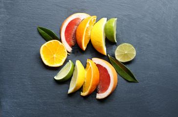 Spalten von Zitrusfrüchten auf Schiefer