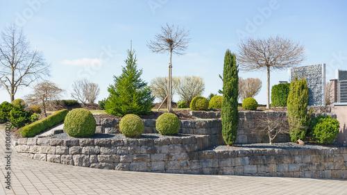 Deurstickers Tuin Gepflegter Vorgarten mit Koniferen