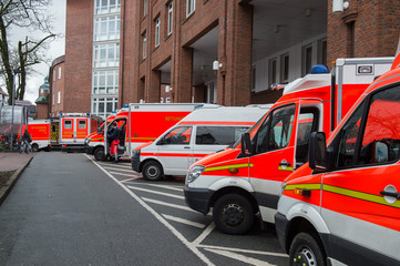 Rettungswagen stehen vor einer Notaufnahme