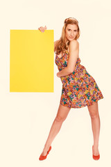 Junge Frau beim Shoppen mit Farbfiltereffekt