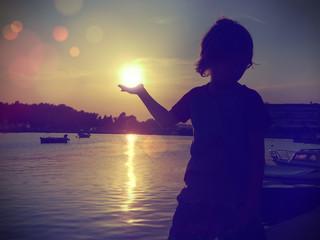 Junge hält Sonne