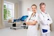 Kompetentes Team im Pflegeheim vor Zimmer