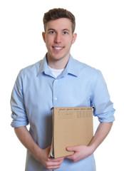 Junger Mann mit blauem Hemd und Akte
