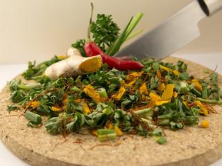 Petersilie Schnittlauch Kurkuma Chili geschnitten