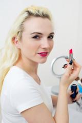Junge blonde Frau mit Lippenstift