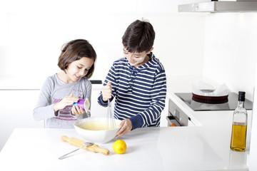 Niños preparando tarta