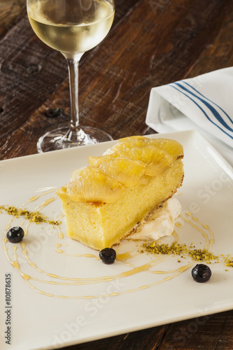 Foto: Olive oil cake topped with roasted pineapple and pistachio puree