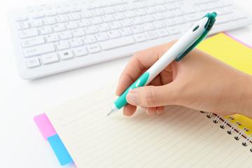 パソコンのキーボードと筆記用具