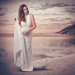 Frau mit Abendkleid am Strand - fashion 17