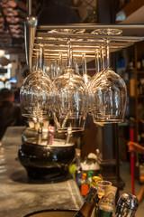 hängende Weingläser an einer Bar