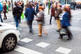 Menschen überqueren Straße in Bewegungsunschärfe