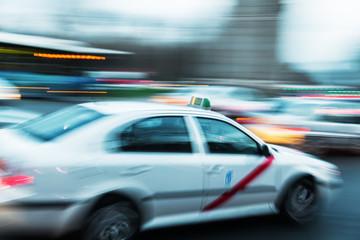Madrider Taxi in Bewegungsunschärfe