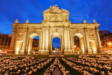 Puerta de Alcala in Madrid zur blauen Stunde