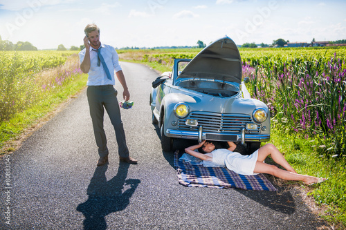 The newlyweds have a car breakdown. - 80883045