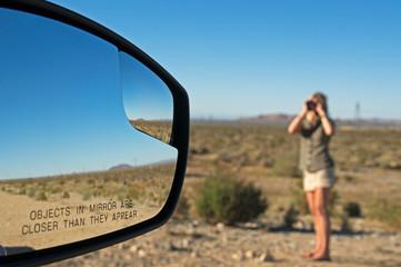 objekte im spiegel sind näher als sie erscheinen