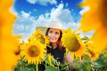 Портрет красивой женщины в поле с подсолнухами