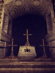 Ołtarz w starej kaplicy z krzyżami zrobionymi z czaszek i kości