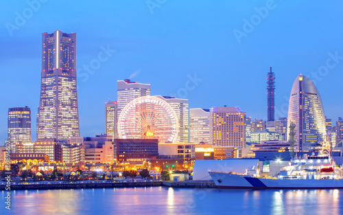 Tuinposter Japan Yokohama skyline at minato mirai area at night view..
