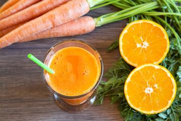 Orange-Karotten-Smoothie im Glas auf Holz
