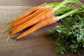 Bund frische Karotten auf Holz