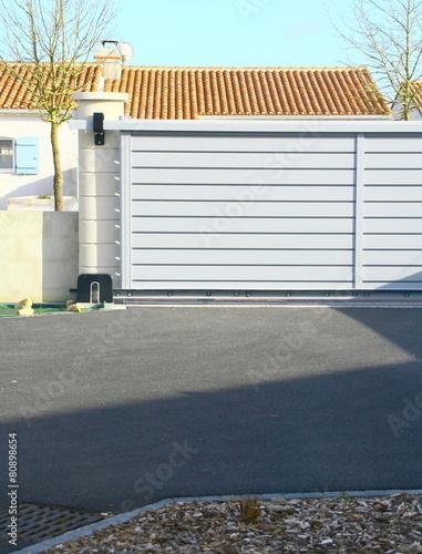 Zdjęcia na płótnie, fototapety, obrazy : portail alu gris sur cour de maison