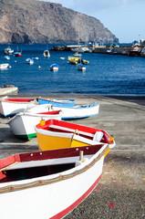 Kanaren: Kleine, bunte  Boote an Küste von La Gomera :)