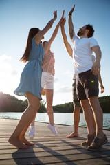 Vier junge Erwachsene im Sommer am See