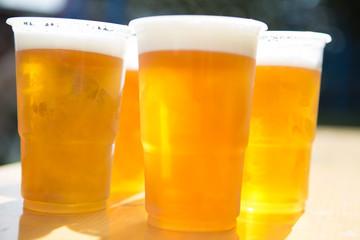 Bier in Plastikbechern