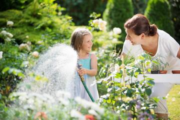 Mädchen gießt Blumen