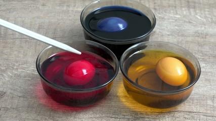 Eier zu Ostern färben