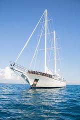 Luxuriöse Privatyacht: Segelschiff mit zwei Masten