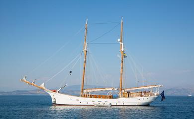Luxuriöses Holzschiff: Segelschiff mit zwei Masten
