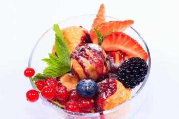 Ягодный десерт с профитролями