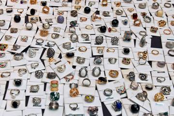 Expositor en mercadillo con distintos diseños de anillos