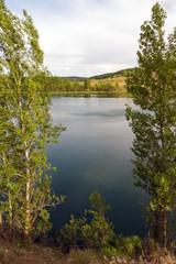 Lago formado en una antigua mina a cielo abierto