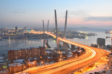 Вечерний вид моста во Владивостоке через залив Золотой Рог