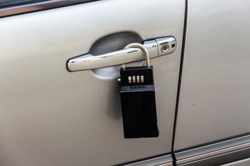 Autotür mit Vorhängeschloss