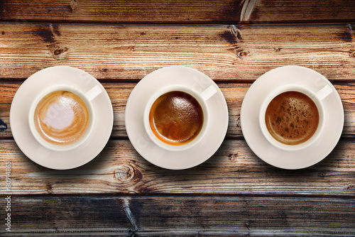 Plagát, Obraz tris di caffè su fondo legno