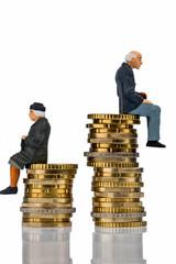 Rentner und Rentnerin sitzen auf Geldstapel
