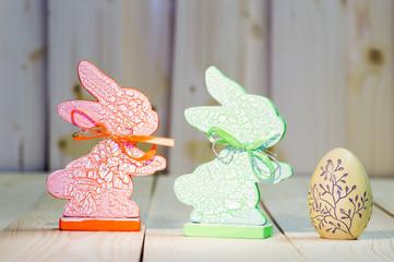 Dwa drewniane zajaczki i jajko pisanka