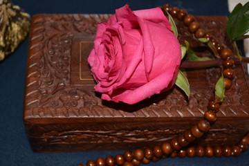 Роза, чётки и шкатулка