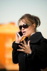 Ragazza arrabbiata che utilizza lo smartphone