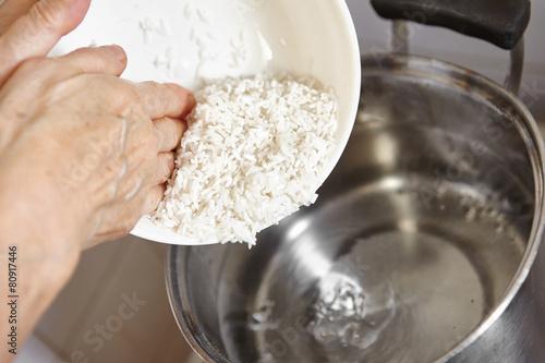 Pour rice