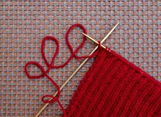 Knitting needles and knit yarn