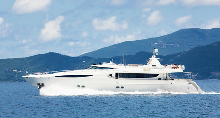 Luxuriöse Motoryacht oder privates Motorboot