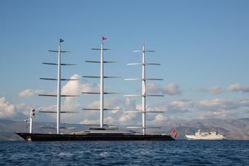 Riesengroßes Segelboot mit drei Masten