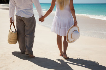 couple holding hands and fasing sea