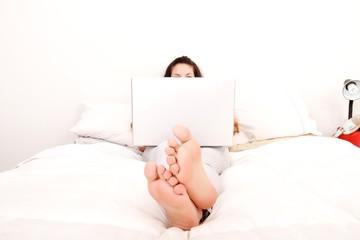 Im Schlafzimmer mit dem Laptop